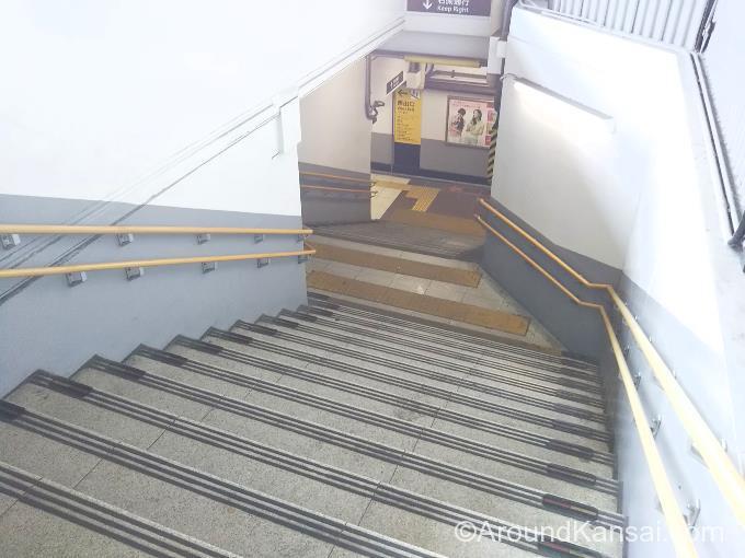 西出口の改札へ行くには、この階段をおります