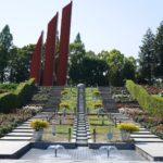 荒牧バラ公園 花と流れのアプローチ