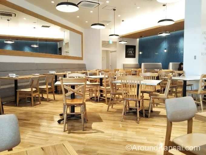 バルバラエキスポレストランの店内はシンプル&ナチュラル