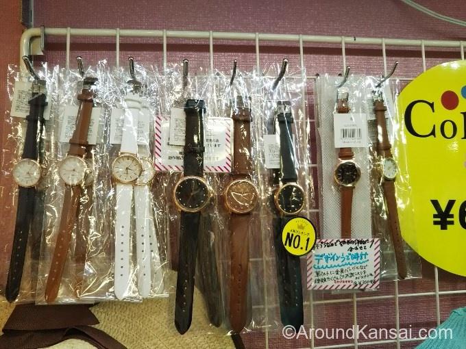 ミカヅキモモコのデザイン腕時計は300円