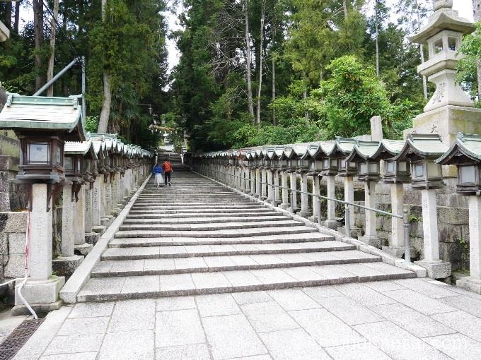 宝山寺の参道には灯籠がたち並んでいます