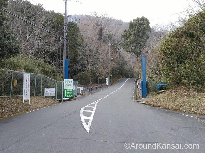 第2駐車場は信貴生駒スカイライン有料道路の手前です