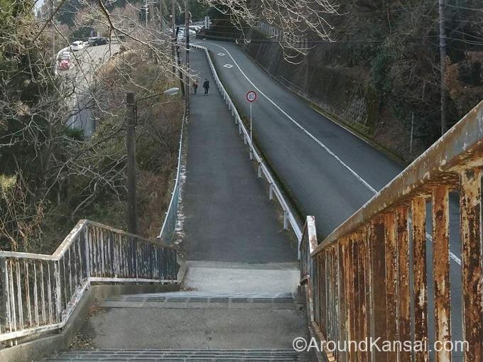 第2駐車場から宝山寺までは階段があります