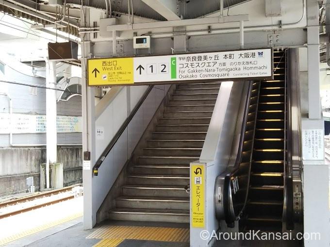 生駒駅でおりたら、西出口へ