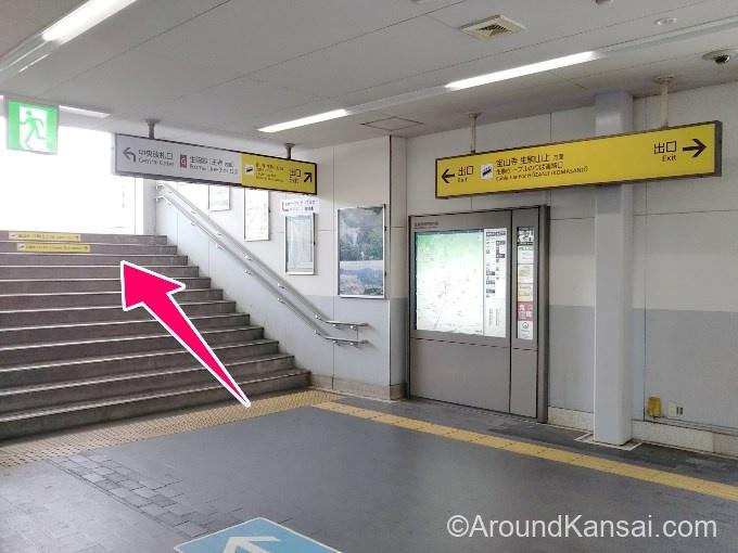 階段を上がって、右へ