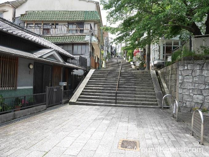 参道の階段を上っていきます
