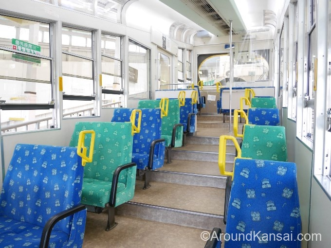 ケーブルカーの座席はこんな感じです