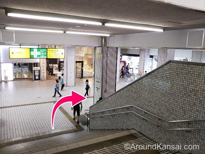 改札の先にあるエスカレーター、階段をおりたら右へ