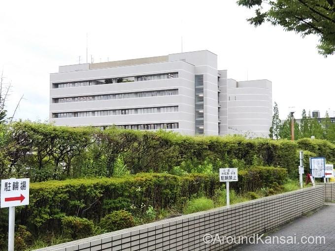 先に見える建物が門真運転免許試験場です