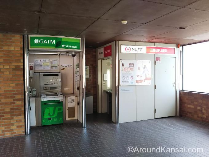 大阪学院大学にある、ゆうちょ銀行、三菱UFJ銀行ATM