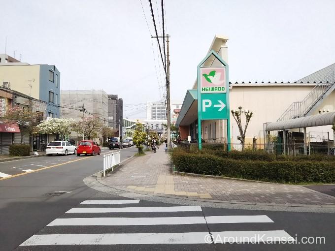 右へ曲がり平和堂フレンドマートの前を通ります