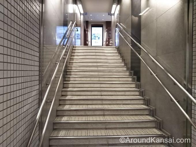 さらに階段を上がります