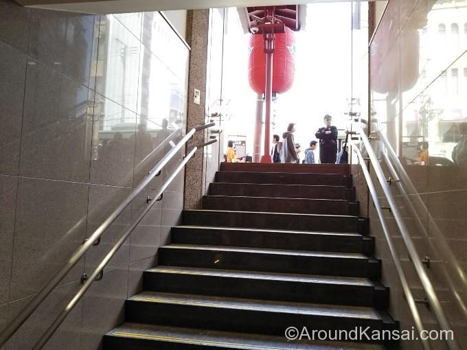 この階段を上がると南座です
