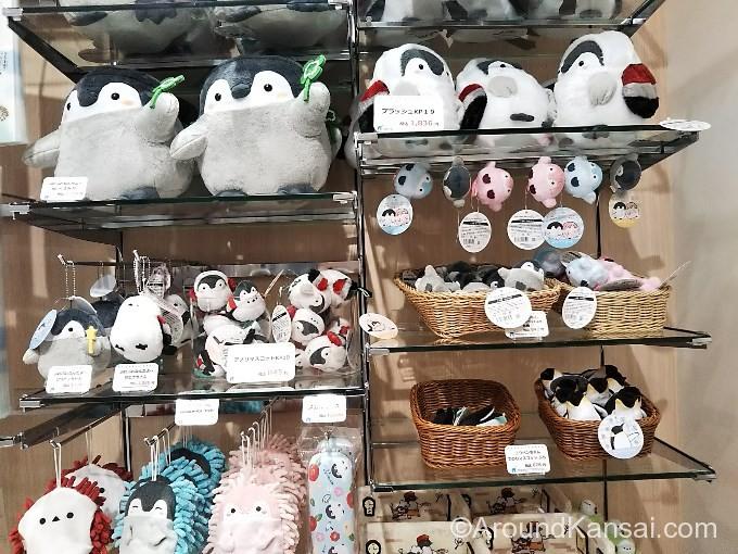 ペンギンのぬいぐるみ(小さいもの626円~大きいもの2,376円までいろいろ)