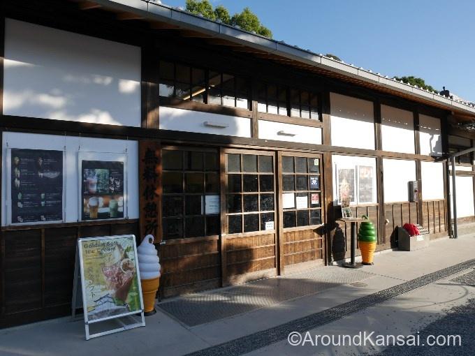 二条城のお土産売場は無料休憩所の中にあります