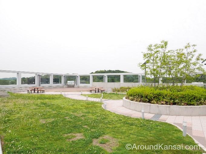 三国ヶ丘駅の屋上公園「みくにん広場」