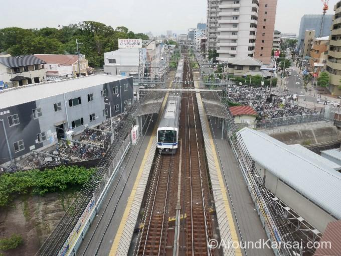南海・三国ヶ丘駅ホームと電車が見えます