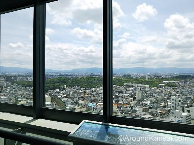 堺市役所21階展望ロビーに来ました!仁徳天皇陵古墳が窓の外に見えています
