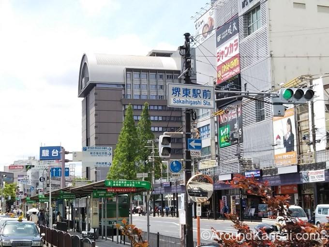 南海線・堺東駅の西口を出ると、カマボコのような形をした市役所が見えます