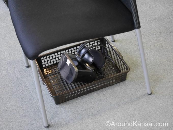 椅子の下にあるヘッドセットを付けます