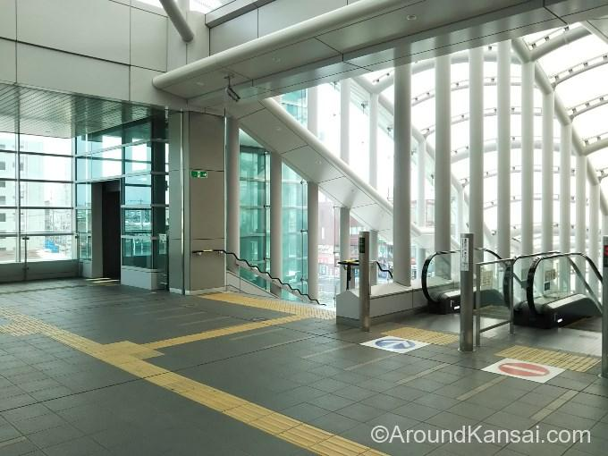 岸辺駅・南口のエレベーター、エスカレーターで下におります