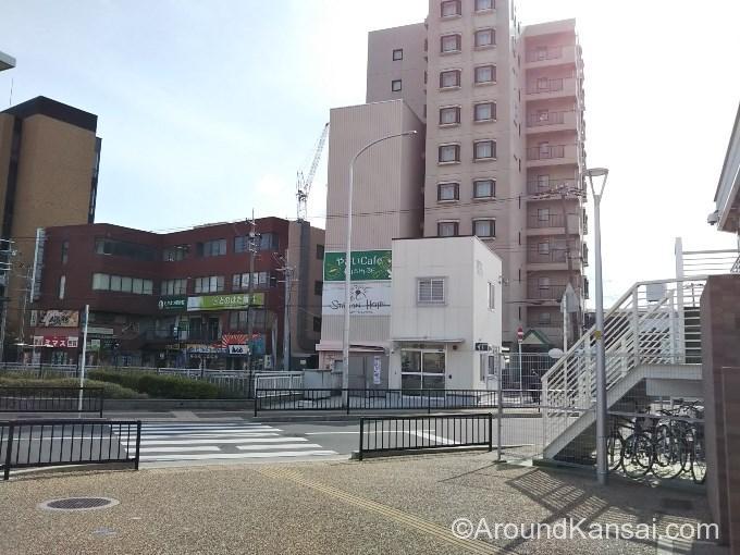 駅を出ると、交番、ホテルが見えます