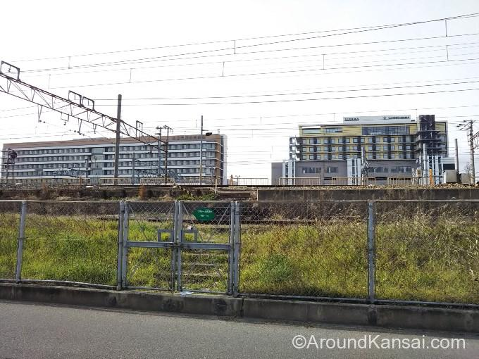 線路の反対側にビエラ岸辺健都、吹田市民病院が見えます