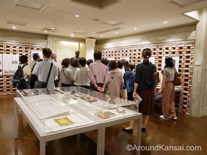 展示室で公会堂の歴史に耳をかたむけます