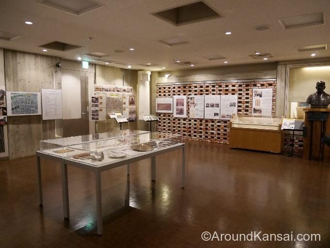 地下1Fの展示室では岩本氏ゆかりの品などが見られます
