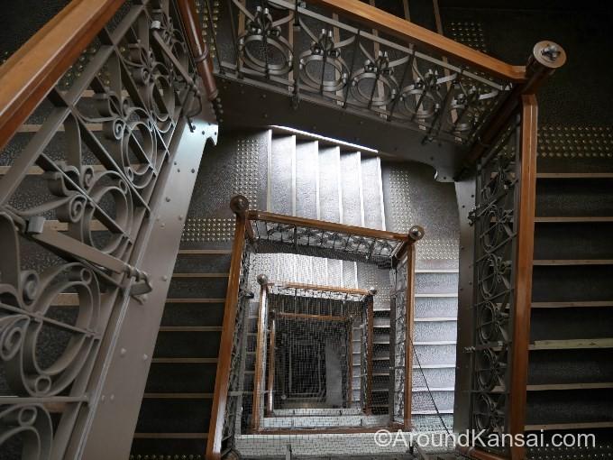 吹き抜けの階段