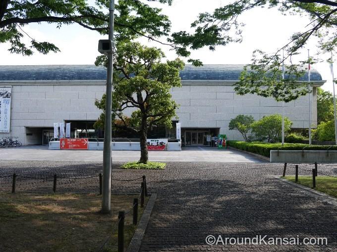 堺市博物館の入口は右側です