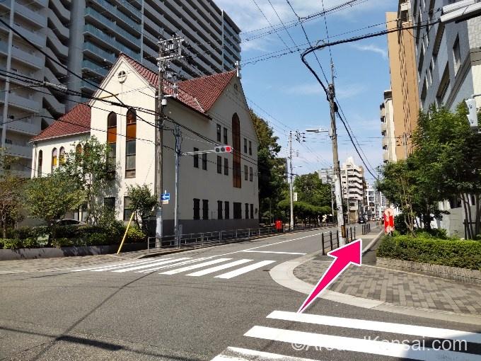 教会がある交差点を右へ