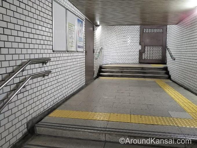 階段を上がると通路になっています