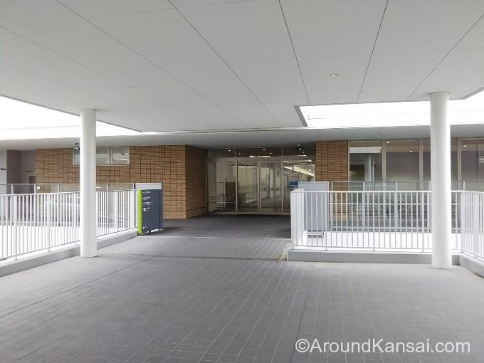 ビエラを出るとすぐ吹田市民病院の2F入口があります