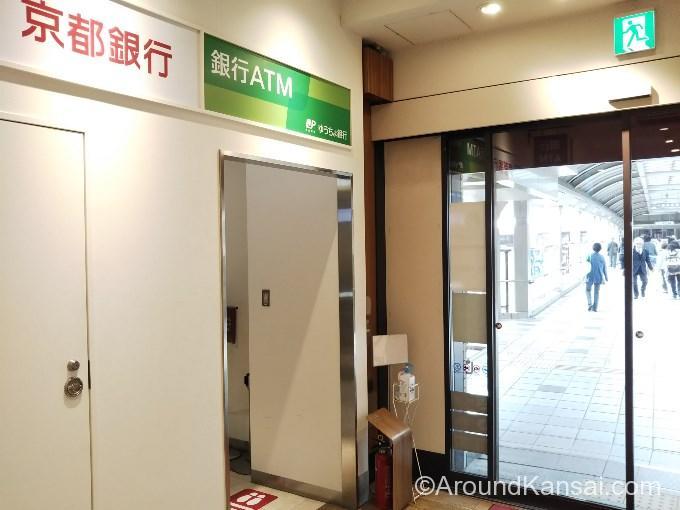 JR宝塚駅エキマルシェにあるゆうちょ銀行、京都銀行ATM