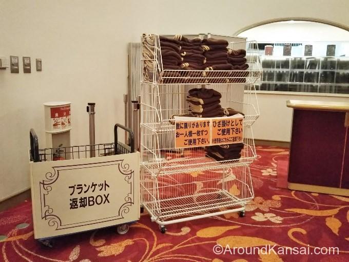 宝塚大劇場ロビーでブランケットを貸出しています