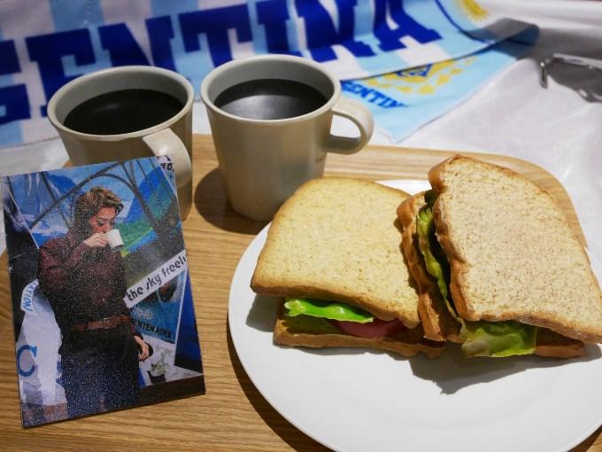 ライ麦のサンドイッチとコーヒー