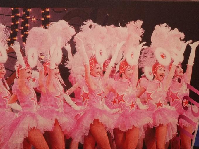 2002年 星組公演『LUCKY STAR』第88期生 初舞台 ラインダンス(右から2人目)