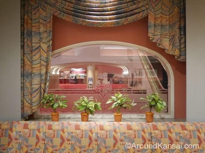この窓からは大劇場のロビーが見えます