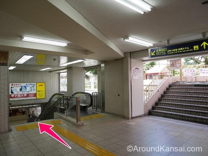宝塚南口の改札を出たら階段をおります