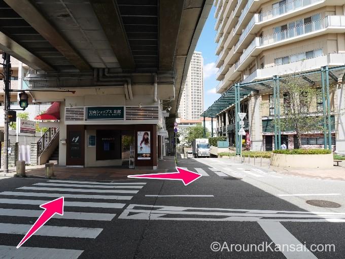 阪急の高架下にある横断歩道を渡ります