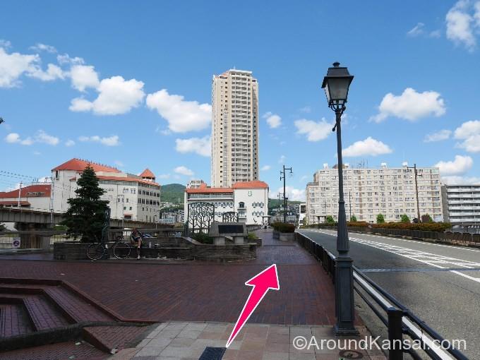 宝塚大橋の向こうに大劇場が見えてきます