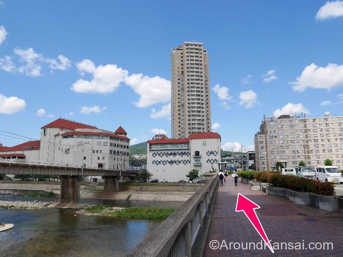 宝塚大橋を渡ります