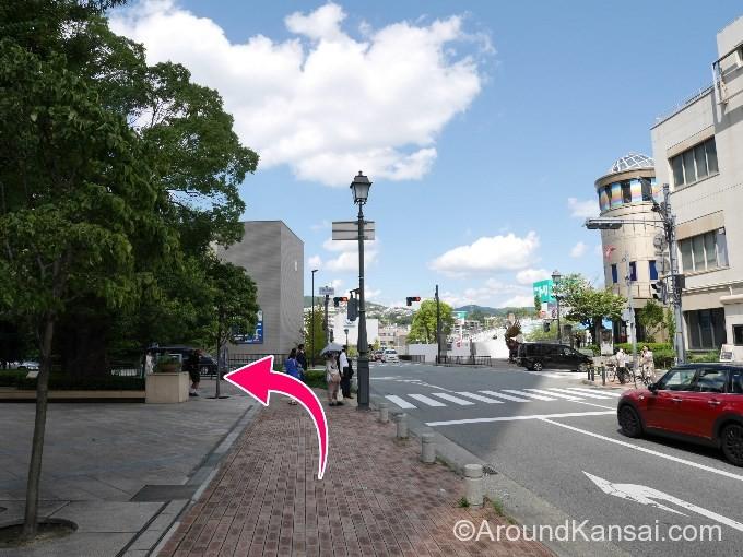 交差点を左へ曲がります