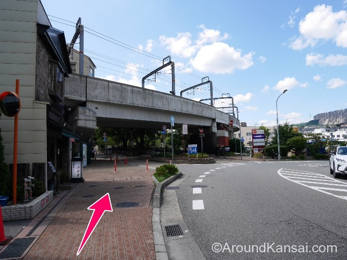 阪急の高架下を横切り、まっすぐ歩きます