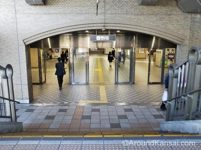 このドアを入ると阪急宝塚駅の改札前に出ます