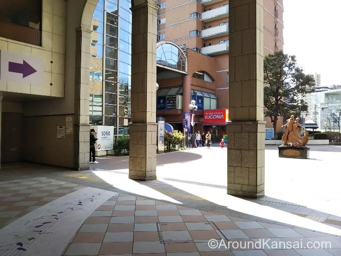 右へ進み、阪急宝塚駅を出ると広場になっています