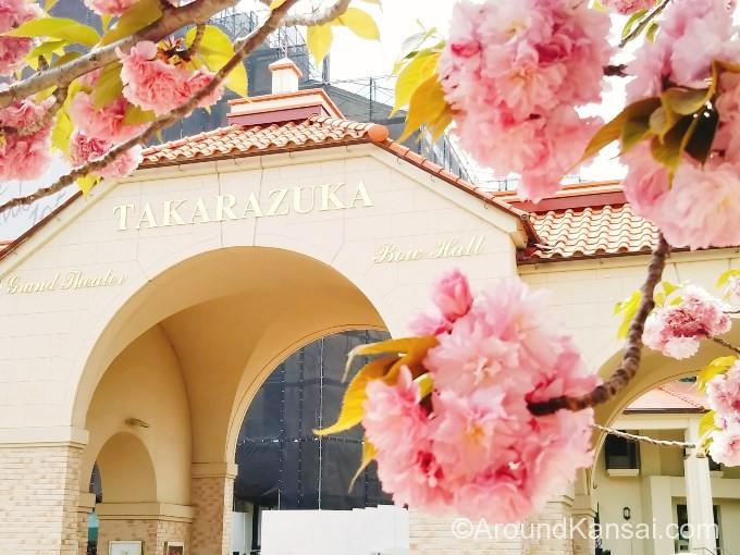 宝塚大劇場の正面ゲートに着きます