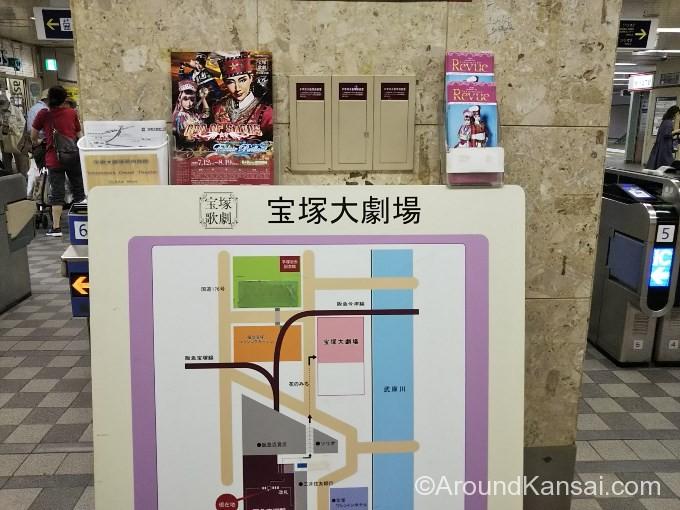 阪急宝塚駅の改札前にある大劇場への案内表示