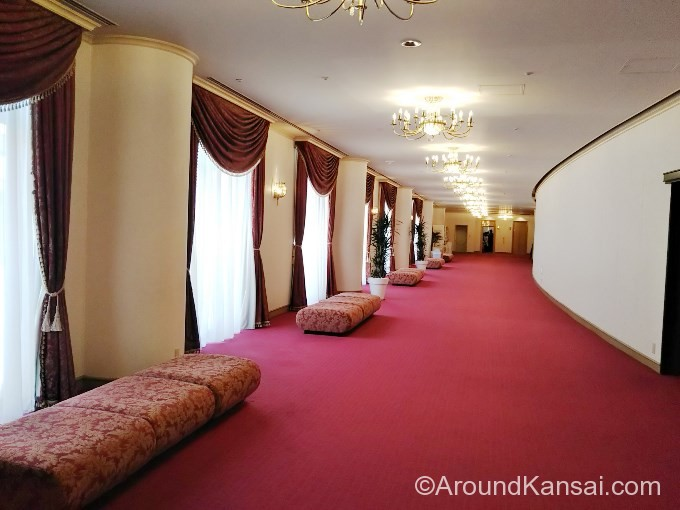 大劇場2階席ロビーのソファ